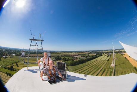 """Klaus Soltau und Jens Heidorn auf er Windkraftanlage """"Ronja"""" in Neuengamme"""